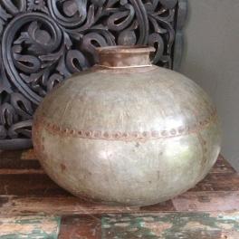 Antieke indische ijzeren waterkan